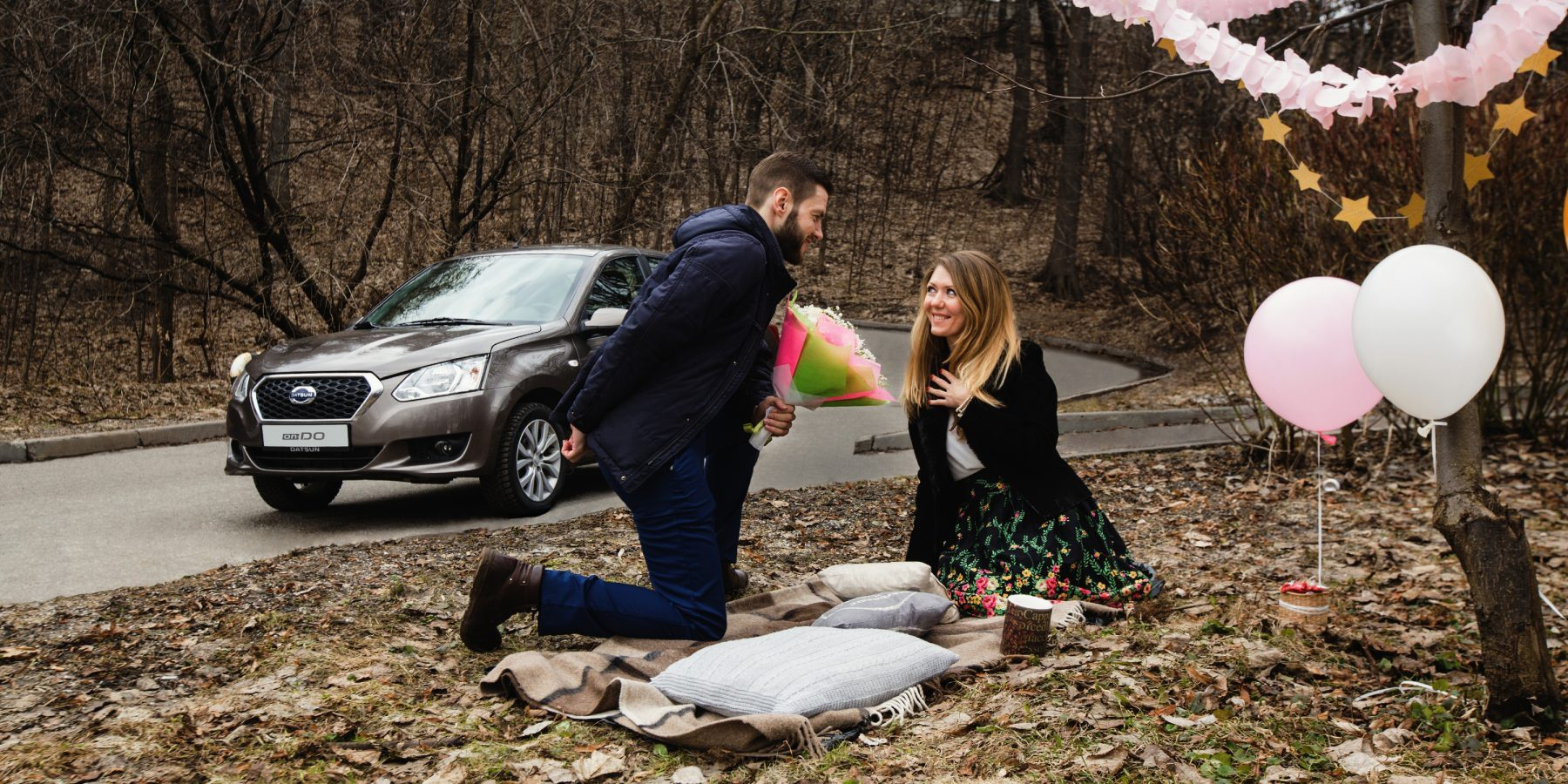 Романтический пикник с автомобилем Datsun.