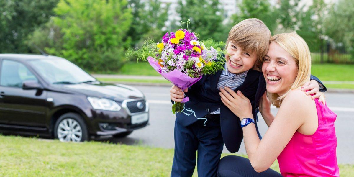 Ребенок с мамой около автомобиля Datsun.