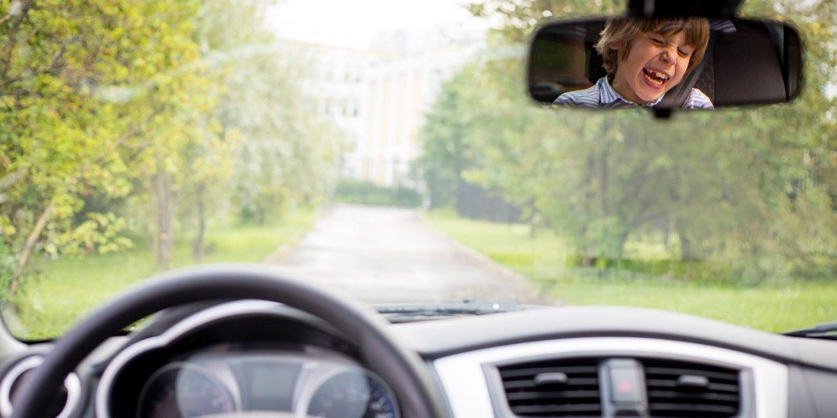 Ребенок отражается в зеркале заднего вида Datsun.