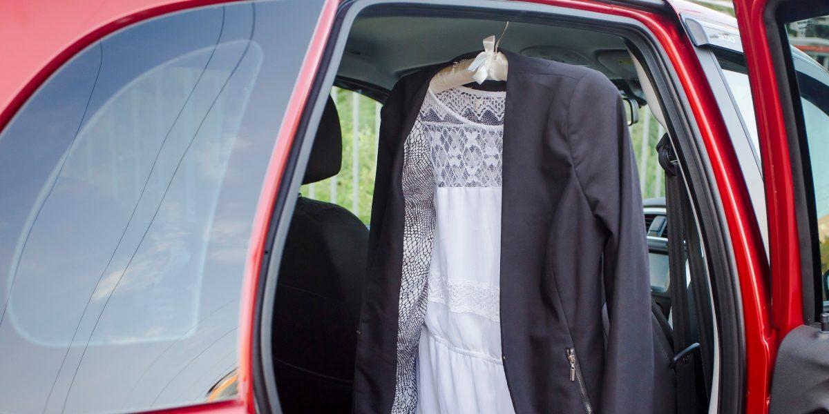Одежда на вешалке в автомобиле Datsun.