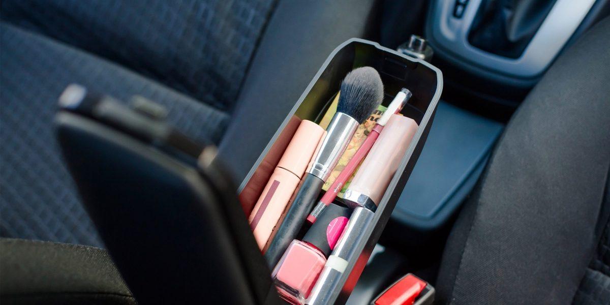 Косметичка в подлокотнике автомобиля Datsun.