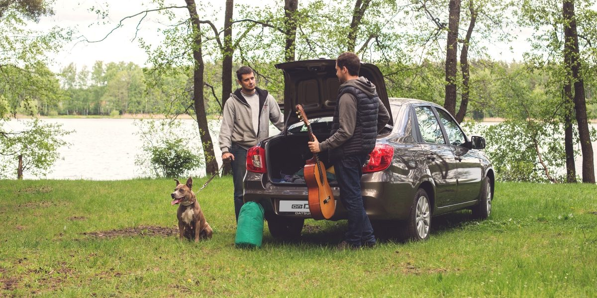 Друзья едут в лесной поход на автомобиле Datsun.