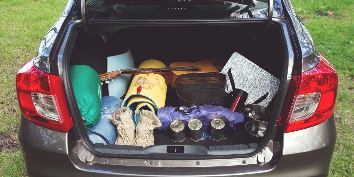 Походные вещи в багажнике Datsun.