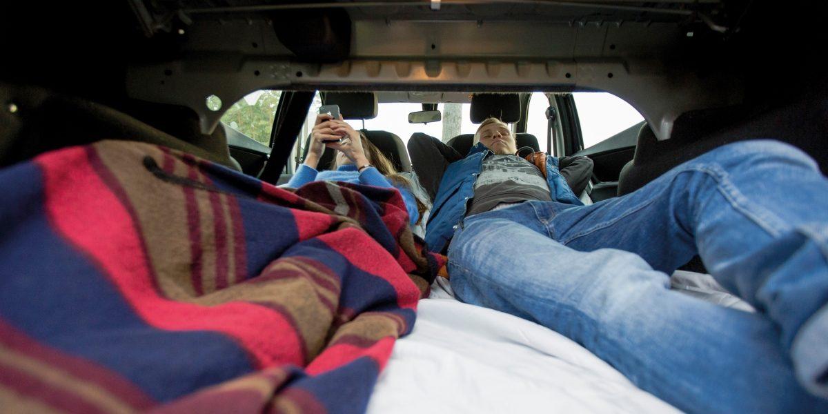 Раскладывающиеся задние сиденья автомобиля Datsun.