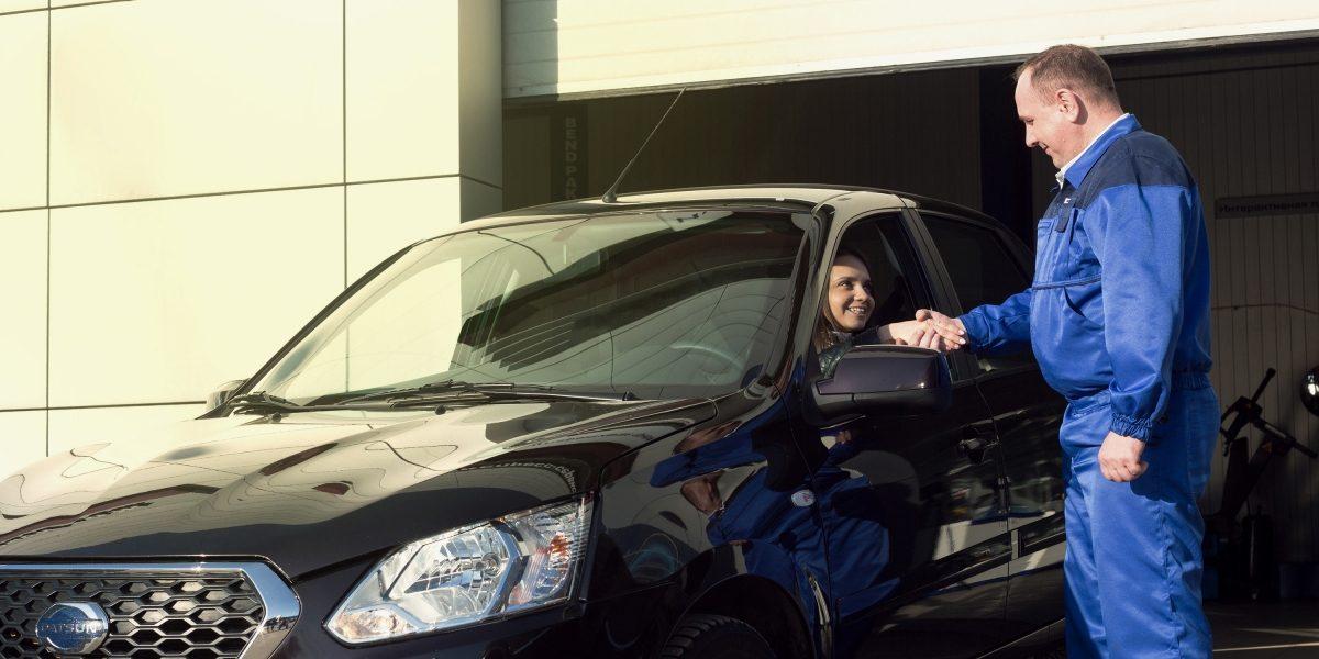 Водитель и специалист сервиса Datsun