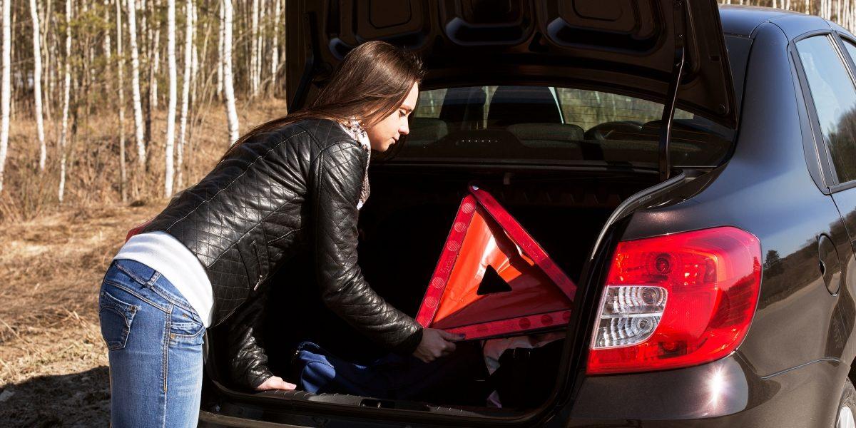 Знак аварийной остановки в автомобиле Datsun