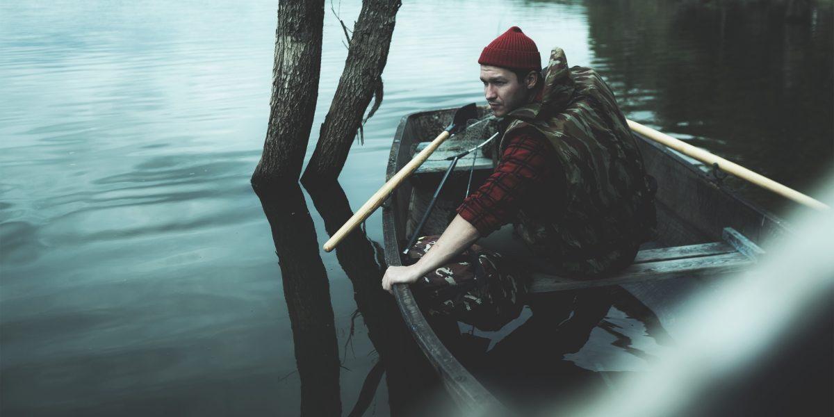 Герой Datsun вглядывается в воду во время рыбалки
